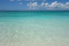 天蓝色的水和蓝天在雍容海湾在土耳其人和凯科斯靠岸 库存图片