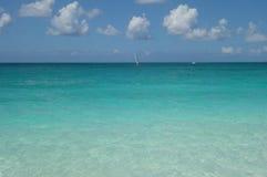 天蓝色的水和蓝天在雍容海湾在土耳其人和凯科斯靠岸 免版税图库摄影