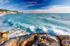 天蓝色的海和Beuatiful海滩在尼斯,法国海滨 库存图片