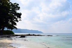 天蓝色的海水、白色沙子、多云天空和树- Radhanagar海滩, Havelock海岛、安达曼&尼科巴,印度 免版税库存图片