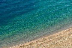 天蓝色的海水和金黄沙子 特罗佩亚,意大利 免版税库存图片