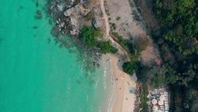 天蓝色的海浪在沙滩和岩石海岸线滚动 股票录像