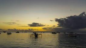 天蓝色的海滩和印度洋清楚的水4K Timelapse电影录影影片与岩石海岸的日落的在海岛努沙 影视素材
