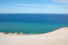 天蓝色的海滩海洋沙子 免版税库存图片