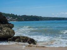 天蓝色的海滩用印度洋清楚的水峭壁的晴天A视图的在巴厘岛,印度尼西亚 免版税库存照片