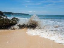 天蓝色的海滩用印度洋清楚的水峭壁的晴天A视图的在巴厘岛,印度尼西亚 免版税图库摄影