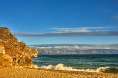 天蓝色的海滩用石山和贝加尔湖清楚的水在一阴天 免版税图库摄影