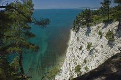 从天蓝色的海的顶端全景 库存照片