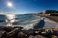 天蓝色的海运和美丽的海滩在尼斯 免版税库存图片