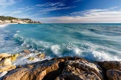天蓝色的海运和Beuatiful海滩在尼斯 库存照片