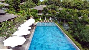 天蓝色的游泳场公开度假区 图库摄影