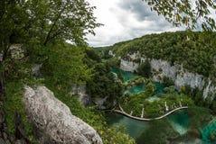 天蓝色的湖一个美好的顶面风景在小瀑布和流动安排了在石灰岩地区常见的地形山之间 库存照片