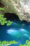 天蓝色的湖山 免版税图库摄影