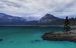 天蓝色的湖山 库存照片