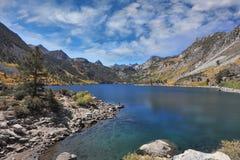 天蓝色的湖山 免版税库存图片