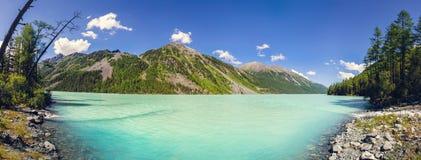 天蓝色的湖山 图库摄影