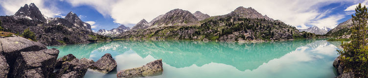 天蓝色的湖山 库存图片
