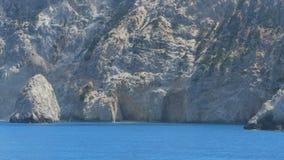 天蓝色的爱奥尼亚海和峭壁 股票视频
