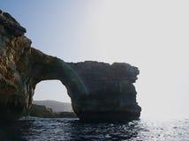 天蓝色的窗口和洞穴,著名石灰石曲拱 库存照片