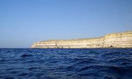 天蓝色的窗口和洞穴,著名石灰石曲拱 免版税库存照片