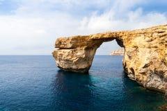 天蓝色的窗口在崩溃前的马耳他 图库摄影