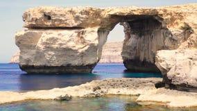 天蓝色的窗口,戈佐岛海岛著名石曲拱在阳光下在夏天,马耳他 股票视频