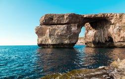 天蓝色的窗口,戈佐岛海岛著名石曲拱在阳光下在夏天,马耳他 库存图片