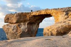 天蓝色的窗口,戈佐岛著名石曲拱  免版税图库摄影