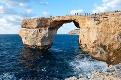 天蓝色的窗口,戈佐岛著名石曲拱  库存图片