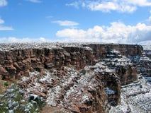 天蓝色的蓝色峡谷详述山天空雪 库存图片