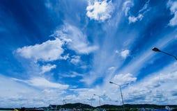 天蓝色靛蓝白色云彩,深蓝天 库存图片