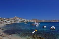天蓝色水在米科诺斯岛,希腊 免版税库存图片