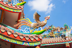 天鹅和龙雕塑在屋顶装饰 免版税库存图片