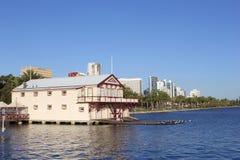 天鹅河、划船俱乐部房子和地平线,珀斯 免版税库存照片
