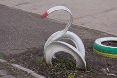 天鹅由汽车轮胎制成 库存图片