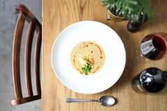 ? 天鹅绒白色菜汤用帕尔马干酪 免版税图库摄影
