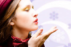 天鹅绒帽子和蝶形领结的不可思议的美丽的女孩 免版税库存照片