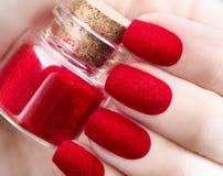 天鹅绒钉子 时尚时髦红色蓬松nailart设计 免版税库存照片