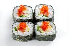 天麸罗卷用在白色隔绝的三文鱼和红色鱼子酱 热卷寿司 免版税库存照片