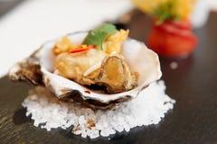天麸罗在壳的油煎的牡蛎 免版税库存图片