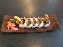 天麸罗芦笋在木盘的寿司卷 免版税库存照片