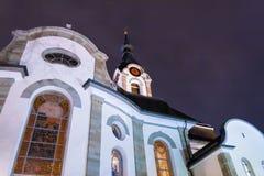 天主教会在小镇在晚上 库存照片