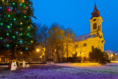 天主教会在Christmastime,镇postoloprty, Czec 库存照片