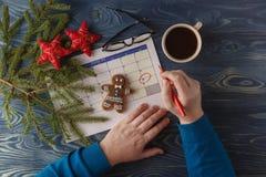 天25月,在工作场所背景的日历与早晨c 免版税库存照片
