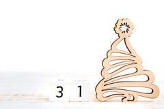 天31th月,在白色背景的日历与木圣诞树 库存图片