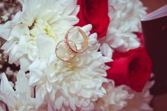 太在婚姻的花束的金结婚戒指 免版税库存照片