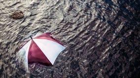 太多下雨?逃脱恶劣天气,假期概念 免版税库存照片