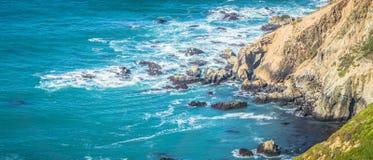 太平洋沿海峭壁场面 库存图片