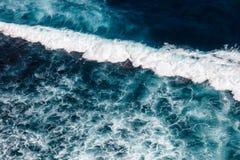 太平洋的波浪 Uluwatu,巴厘岛,印度尼西亚 免版税库存照片