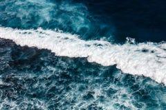 太平洋的波浪 Uluwatu,巴厘岛,印度尼西亚 免版税库存图片